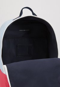 Tommy Hilfiger - KIDS SQUARE BACKPACK CB - Mochila - multi - 4