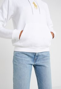 Polo Ralph Lauren - SEASONAL - Mikina skapucí - white - 3