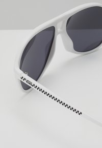 Vans - SEEK SHADES - Zonnebril - white - 2