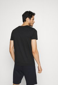 Tommy Hilfiger - CORP STRIPE BOX TEE - T-shirt con stampa - black - 2