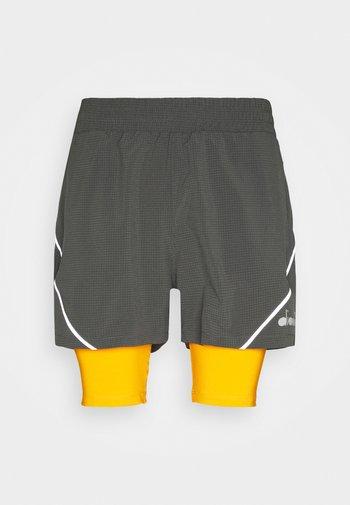 DOUBLE LAYER BERMUDA - Sportovní kraťasy - saffron/gray quiet shade