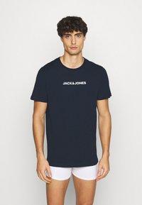 Jack & Jones - JACRAIN TEE 3 PACK - Pyžamový top - light grey melange/navy blazer/white - 4