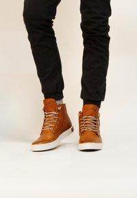 Blackstone - Höga sneakers - cognac - 0