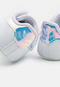 adidas Originals - STAN SMITH CRIB UNISEX - První boty - footwear white/silver metallic - 5