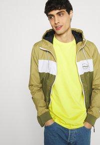 Lyle & Scott - PLAIN - T-shirt - bas - buttercup yellow - 3
