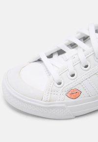 adidas Originals - NIZZA UNISEX - Trainers - white - 6