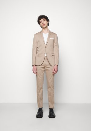TRAVEL FITTED SLIM SUIT - Costume - dark safari