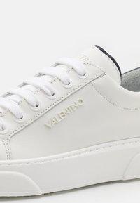 Valentino by Mario Valentino - Tenisky - white/blue - 5