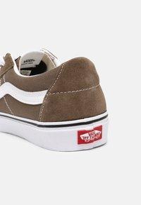 Vans - SK8-LOW UNISEX - Skate shoes - walnut/true white - 6