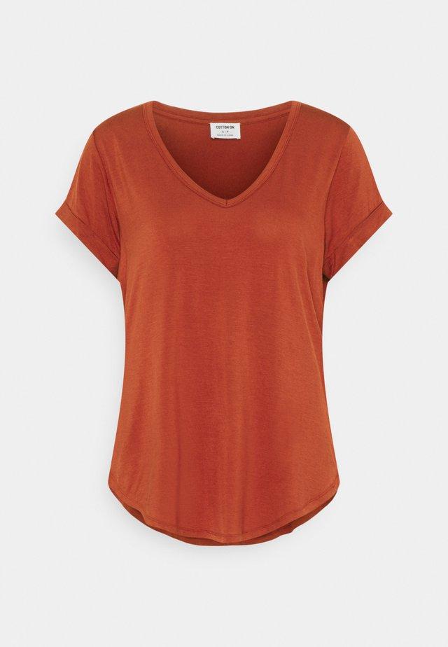 KARLY - Jednoduché triko - red clay