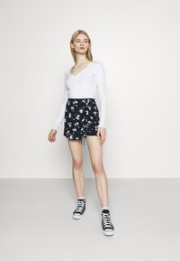 Hollister Co. - RUFFLE SKORT - Kraťasy - navy - 1