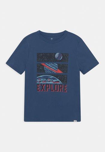 BOY INTERACT GRAPHIC - Print T-shirt - chrome blue
