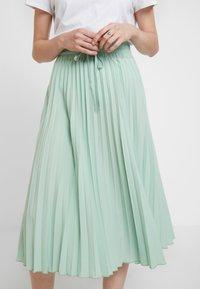 Miss Selfridge - PLEATED ELASTICATED WAIST - A-snit nederdel/ A-formede nederdele - green - 5