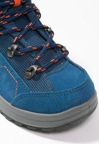 Lowa - KODY III GTX MIDJUNIOR UNISEX - Hiking shoes - blau/orange - 5