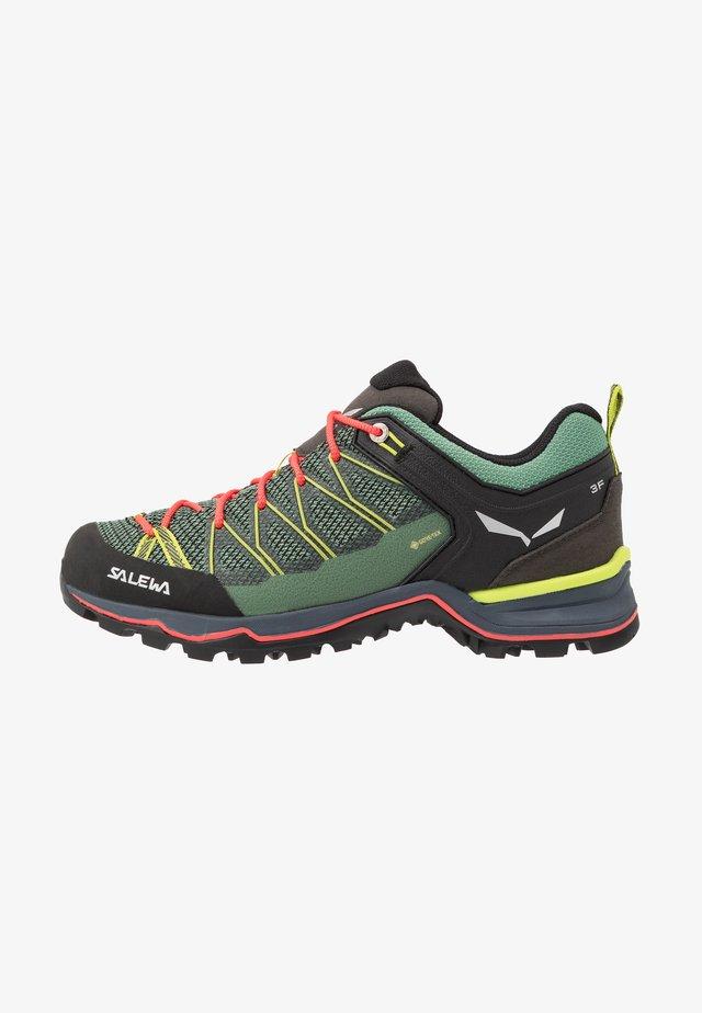 MTN TRAINER LITE GTX - Chaussures de marche - feld green/fluo coral