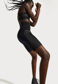 Sweaty Betty - SWEATY BETTY X HALLE BERRY STORM POWER SHINE HIGH WAIST BIKER SHORT - Tights - black - 3