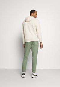 Nike Sportswear - MODERN  - Träningsbyxor - spiral sage - 2