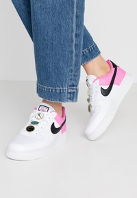 Nike Sportswear - NIKE AIR FORCE 1 '07 SE - Trainers - white/black/china rose - 0