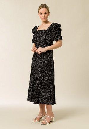 MIT GERRAFTEN ÄRMEL - Denní šaty - aop - fine lines black