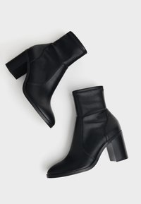 Bershka - ENG ANLIEGENDE - High heeled ankle boots - black - 4