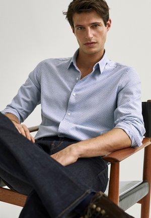BEDRUCKTES SLIM-FIT-HEMD AUS REINER BAUMWOLLE - Shirt - light blue
