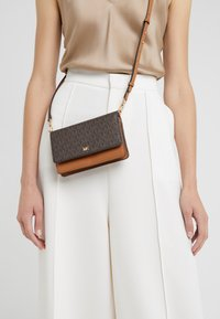 MICHAEL Michael Kors - PHONE CROSSBODY - Portefeuille - brown/acorn - 1