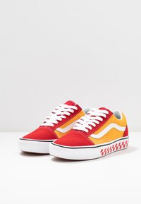 Vans - COMFYCUSH OLD SKOOL - Zapatillas - red/cadmium - 2