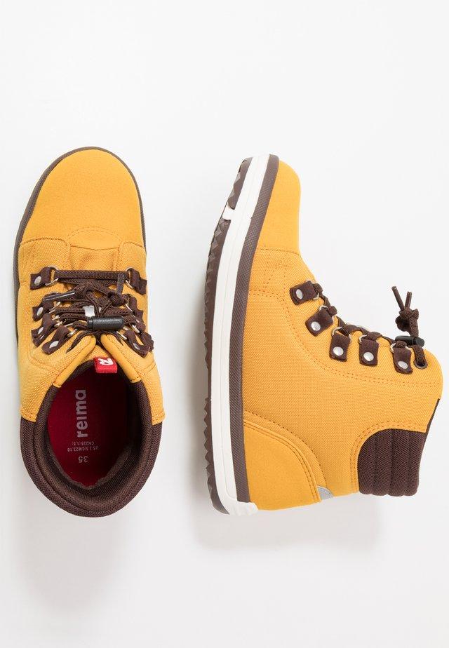 WETTER WASH - Trekingové boty - ochre yellow