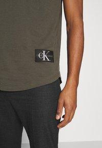 Calvin Klein Jeans - BADGE TURN UP SLEEVE - T-shirts basic - deep depths - 4