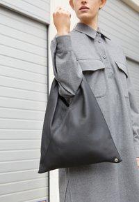 MM6 Maison Margiela - JAPANESE BAG SMALL - Bolso shopping - black - 3