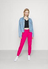 Nike Sportswear - AIR PANT - Pantalon de survêtement - fireberry - 1