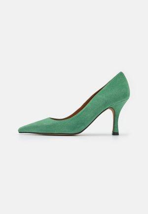 Classic heels - clorofila