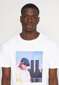 Chi Modu - BIGGIE - Print T-shirt - white - 3