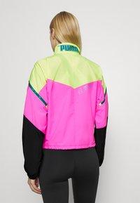 Puma - TRAIN FIRST MILE XTREME JACKET - Trainingsvest - fizzy yellow/luminous pink /black - 2