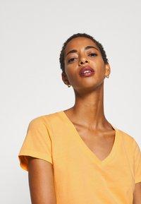 GAP - VINT - T-shirts med print - starlight gold - 4