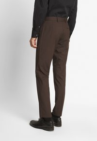 Isaac Dewhirst - PLAIN SUIT - Oblek - brown - 4