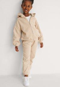 NA-KD - BASIC - Zip-up sweatshirt - dark beige - 1