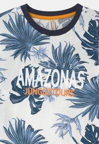 Blue Effect - BOYS AMAZONASTRIP - Print T-shirt - blau - 2