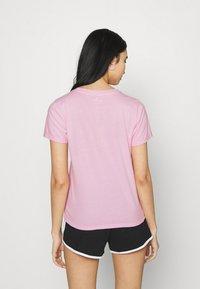 Hollister Co. - TECH CORE - Print T-shirt - pink mist - 2