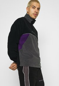 Mennace - CHEVRON PANEL POLAR FLEECE 1/4 ZIP SWEATSHIRT - Sweatshirt - black - 3