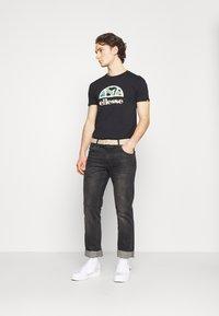Ellesse - HEBBER - T-shirt z nadrukiem - black - 1