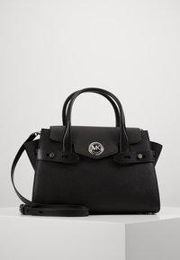 MICHAEL Michael Kors - CARMENLG FLAP BELTED SATCHEL - Handbag - black - 0