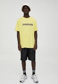 PULL&BEAR - Print T-shirt - yellow - 1