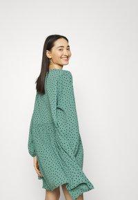 Monki - TORBORG DRESS - Vestito estivo - green irrydot - 3