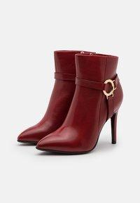 Tamaris Heart & Sole - BOOTS - Kotníková obuv na vysokém podpatku - ruby - 2