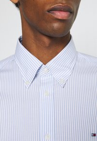 Tommy Hilfiger Tailored - WIDE STRIPE SLIM FIT - Skjorta - light blue/white - 4