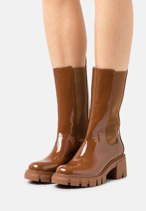 AQ HYPE - Platform boots - cognac