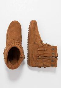 Minnetonka - DOUBLE FRINGE SIDE ZIP - Kotníková obuv - brown - 3