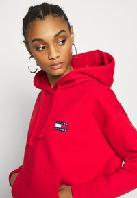 Tommy Jeans - BADGE HOODIE - Sweat à capuche - deep crimson - 3