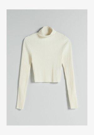 CROPPED MIT PATENTMUSTER UND ROLLKRAGEN - Sweter - white